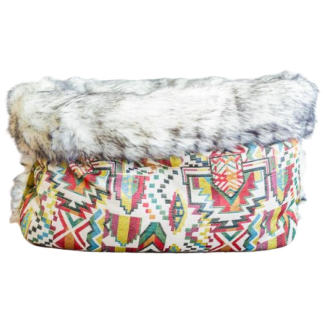 Håndlavet hundesovepose med pels i etniske gule nuancer og bæredygtige materialer