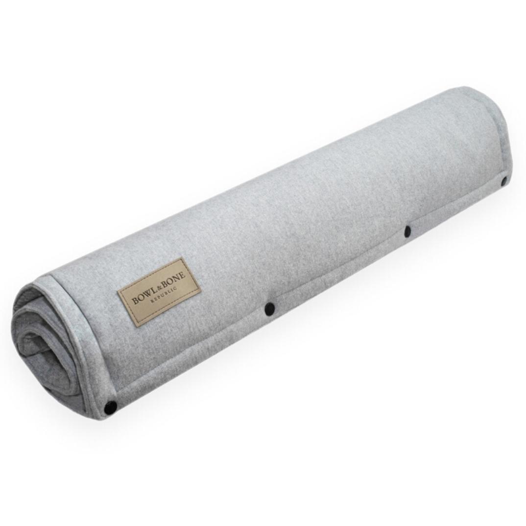 Praktisk hundemåtte som kan transporteres i lys grå og høj kvalitet fra Bowl&Bone Republic