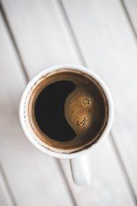 Kan hunde tåle kaffe? Find svaret i Kældedyrsbloggen og lær mere om hvordan din hunds mave fungerer